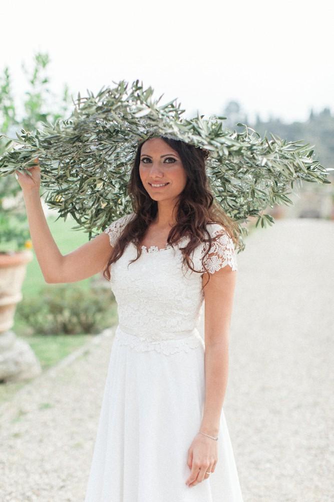 Abito da sposa estivo per matrimonio in una limonera toscana   Marianna Lanzilli